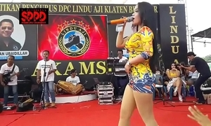 Indonesian down in the mouth dance - handsome sintya riske outcast dance in excess of stage